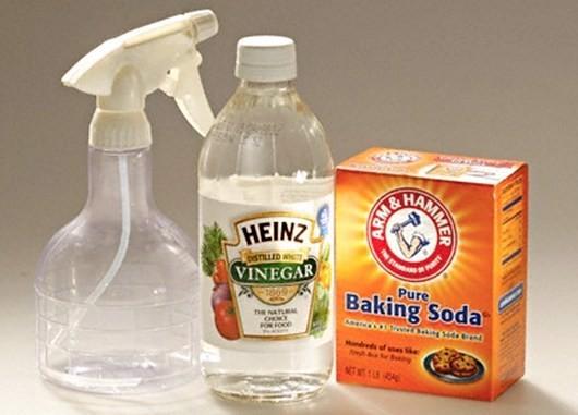 Thông bồn cầu bằng baking soda với giấm ăn