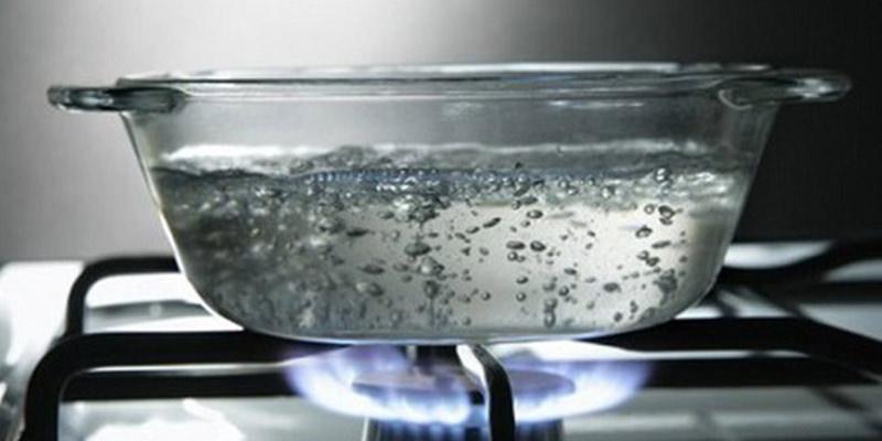 Cách thông bồn cầu bằng nước nóng