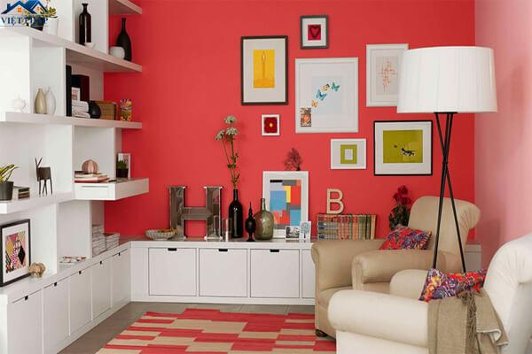 Trang trí tường phòng khách màu đỏ dành cho gia chủ yêu thích sự năng động, trẻ trung